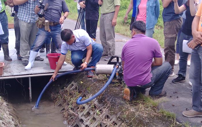 圖2、濕式福壽螺清除機具田間溝渠操作情況