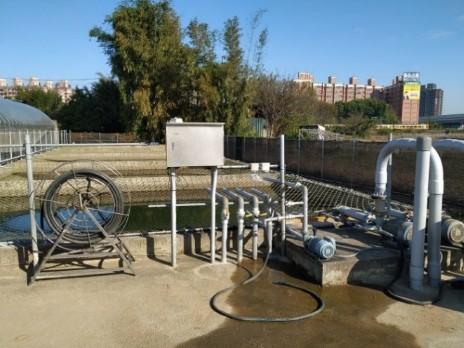農場設置大型蓄水池,採用2臺7.5馬力的抽水馬達供應全區溫室灌溉